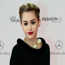 Fã de Miley Cyrus invade camarim em show