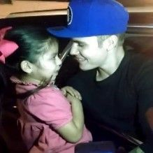Justin Bieber canta segurando fã bebê