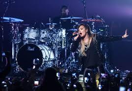 Demi Lovato se emociona com festa surpresa